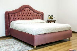 Letto con piedi alti in velluto rosa classico