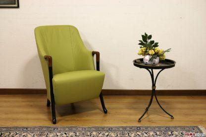 Piccola poltrona classica in pelle verde con braccioli in legno