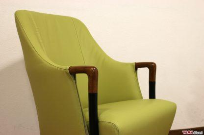 Piccola poltrona in pelle verde con braccioli in legno