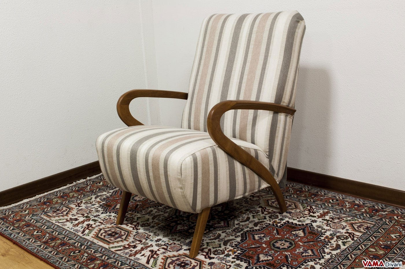Poltrona in tessuto con braccioli in legno stile anni 39 50 - Poltrone da camera moderne ...