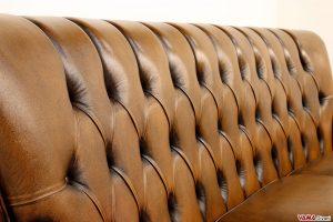 Schienale alto divano Chesterfield in pelle asportata marrone
