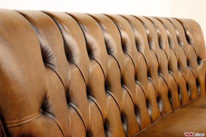 Schienale alto divano tipo Chesterfield