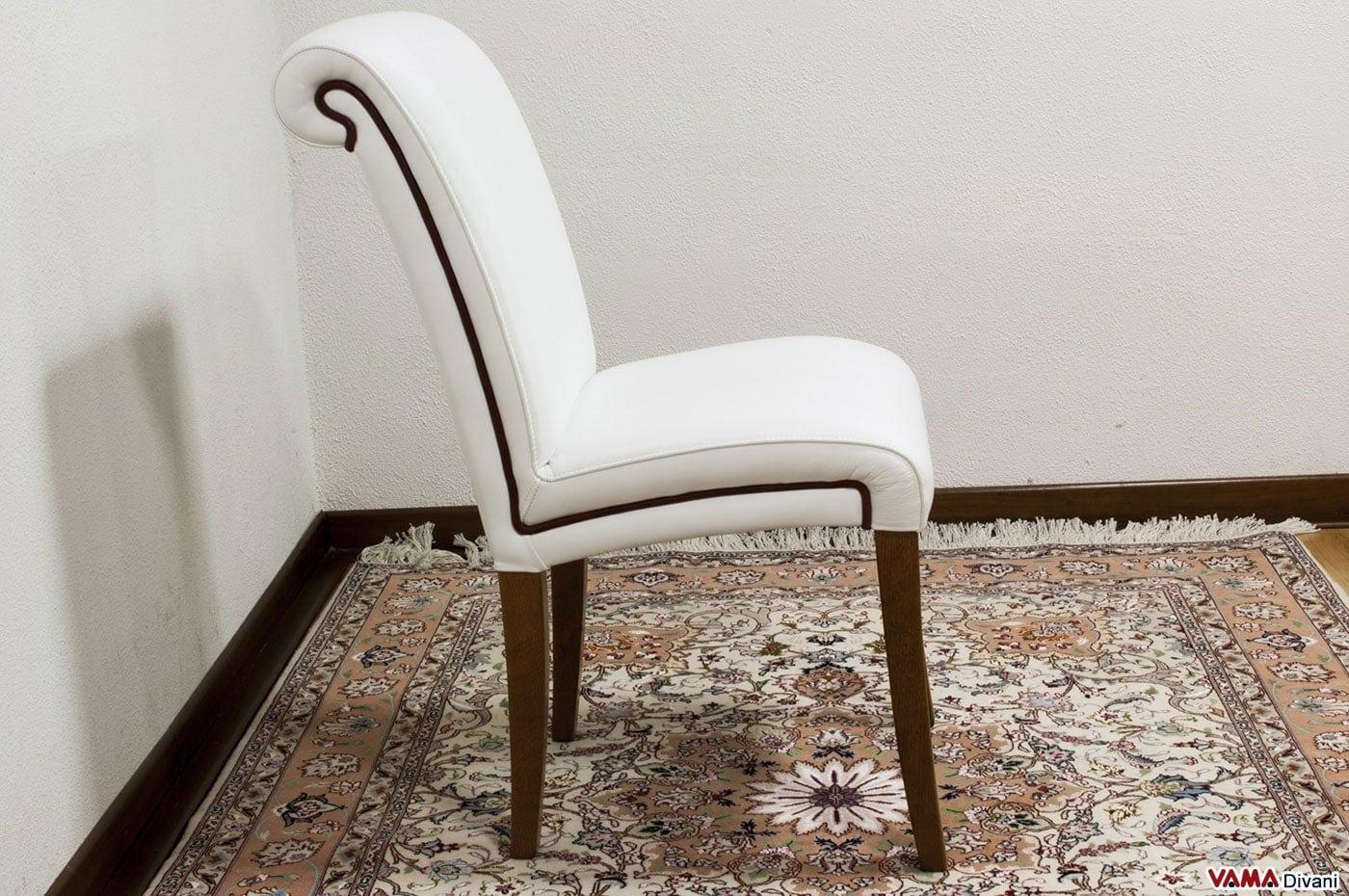Sedia in pelle imbottita in stile classico con gambe in legno for Sedie classiche