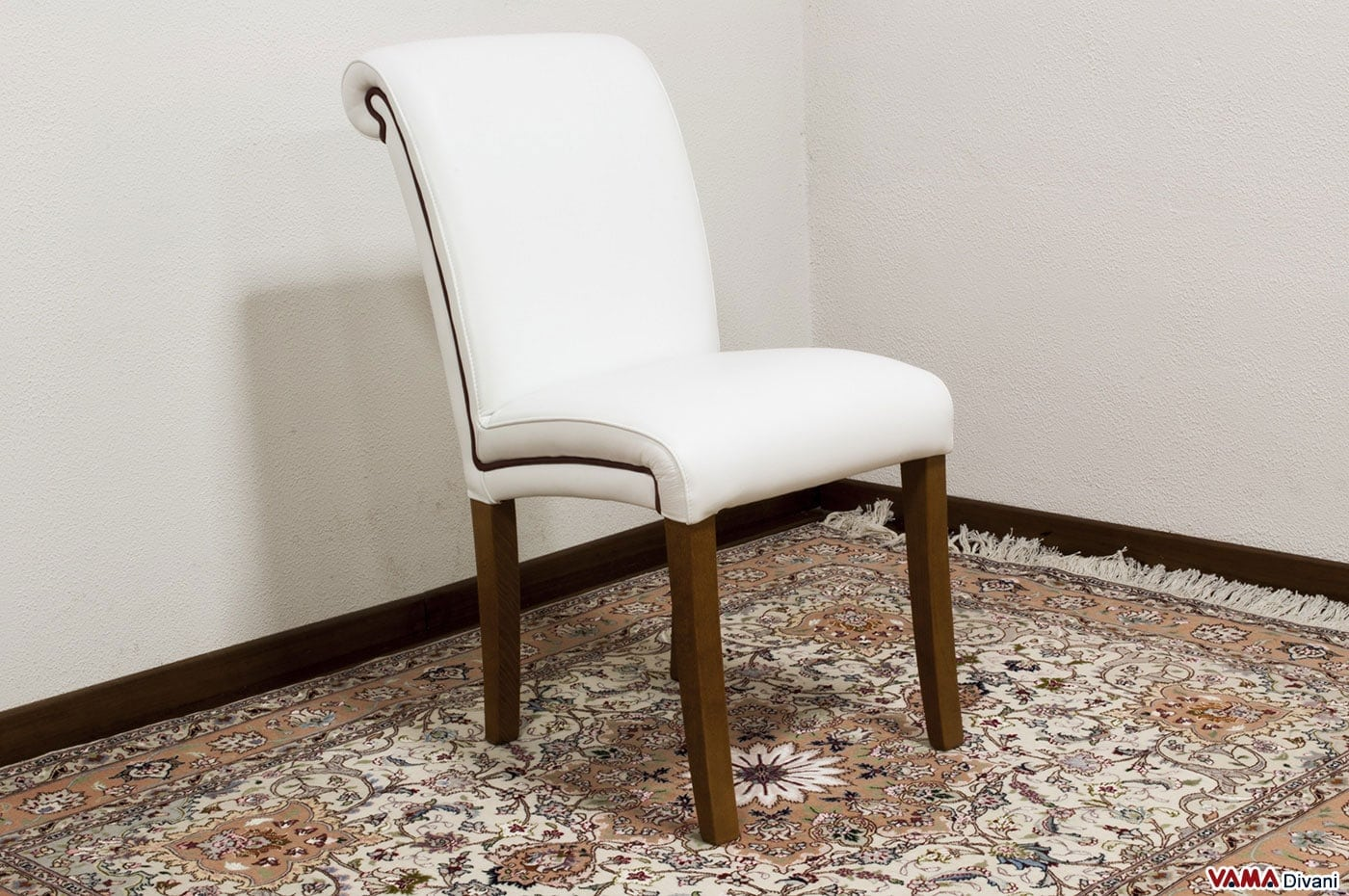 Sedia in pelle imbottita in stile classico for Sedie da soggiorno in pelle