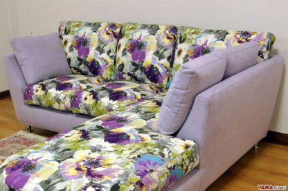 Divano angolare su misura a fiori lilla e viola
