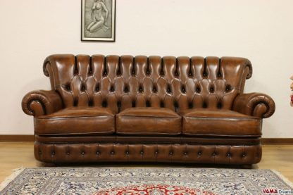 divano con bottoni in pelle asportata marrone