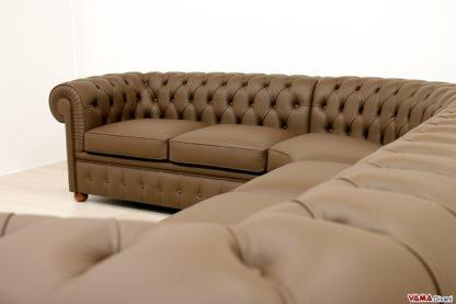 Sedute e lavorazione capitonné del divano angolare Chester