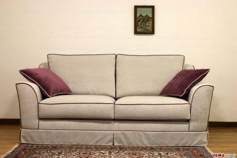 divano classico in tessuto grigio e bordi rossi