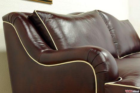 Divano classico moderno in pelle bordeaux con bordino a contrast