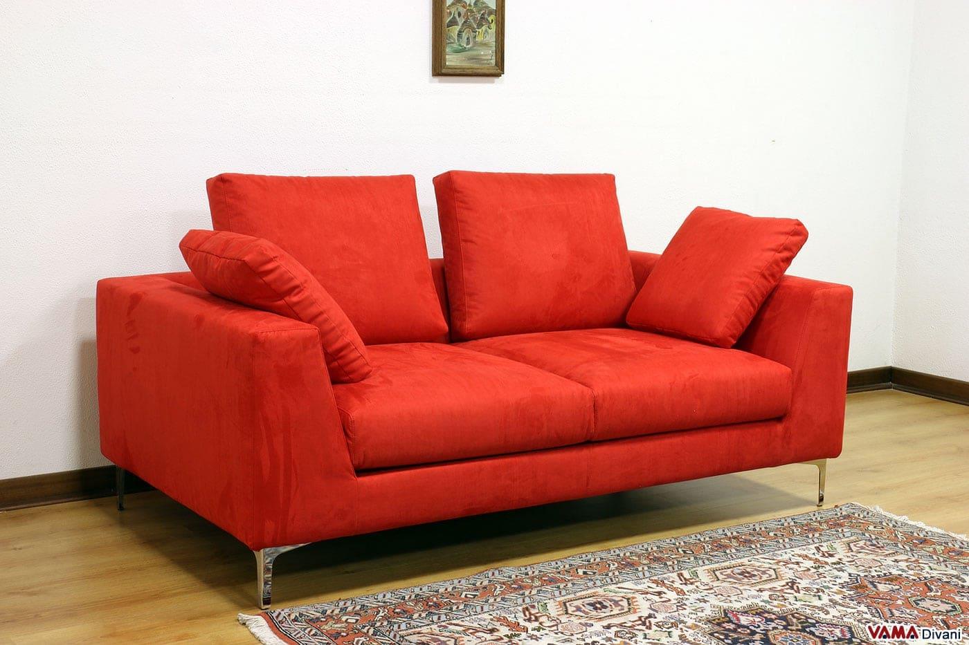 divano moderno squadrato e lineare con piedini alti