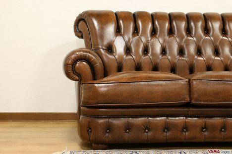 divano con schienale alto bottoni capitonnè marrone