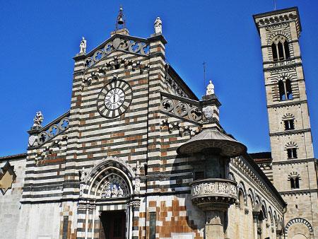Duomo di Prato con cielo sereno