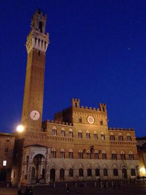 Piazza del Campo di Siena illuminata di notte