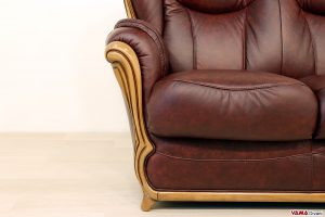 Cornice in legno del divano