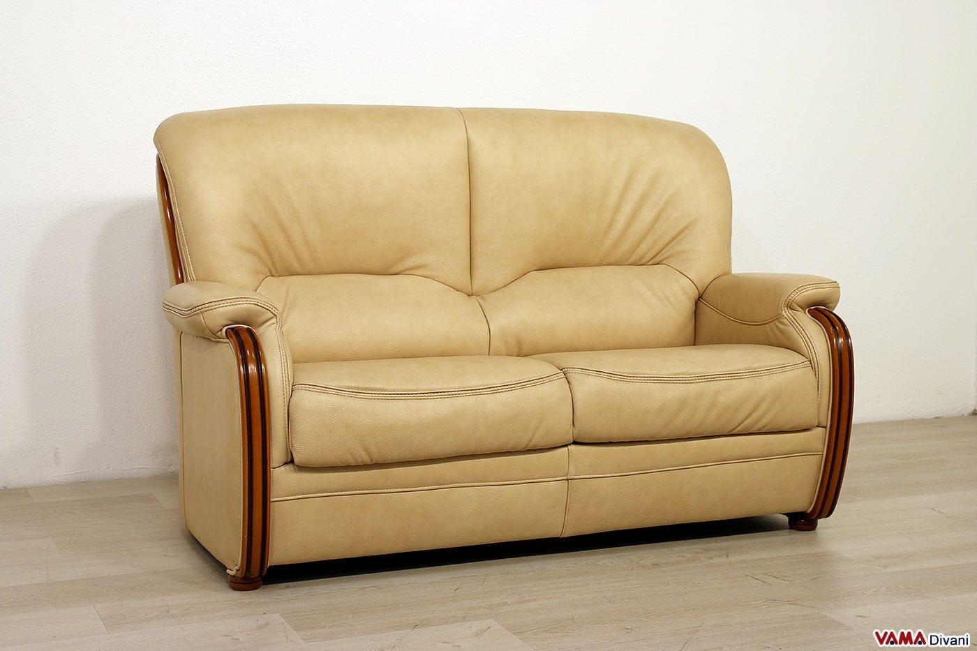 Divano classico legno e pelle beige 2 posti vama divani for Divano due posti
