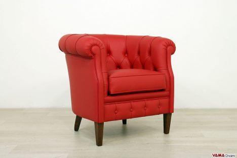 Poltrona rossa da camera dal design vintage
