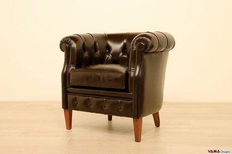 Poltroncina in pelle marrone liscia di alta qualità per camere ed uffici