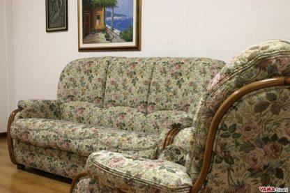Salotto classico con rifinizioni in legno e tessuto floreale
