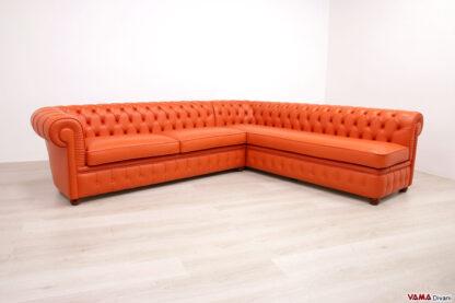 Divano Chesterfield con penisola su misura in pelle arancio