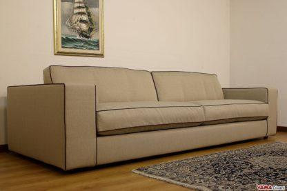 Grande divano lineare in tessuto grigio sfoderabile cuscini in piuma