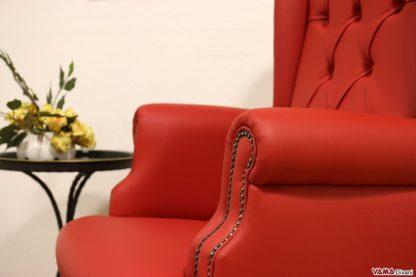Poltrona da ufficio rossa con capitonnè e bullette sul bracciolo