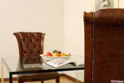 Sedie classiche in legno con schienale capitonnè e borchie