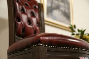 Seduta in pelle con borchie
