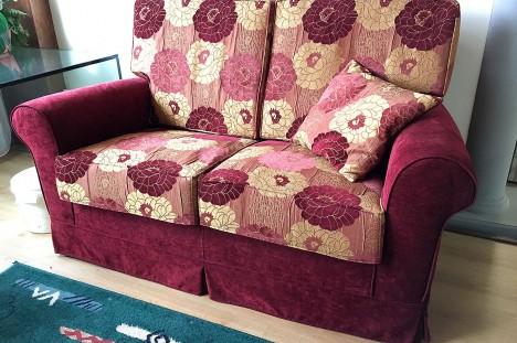 Divano 2 posti in tessuto floreale rosso in offerta