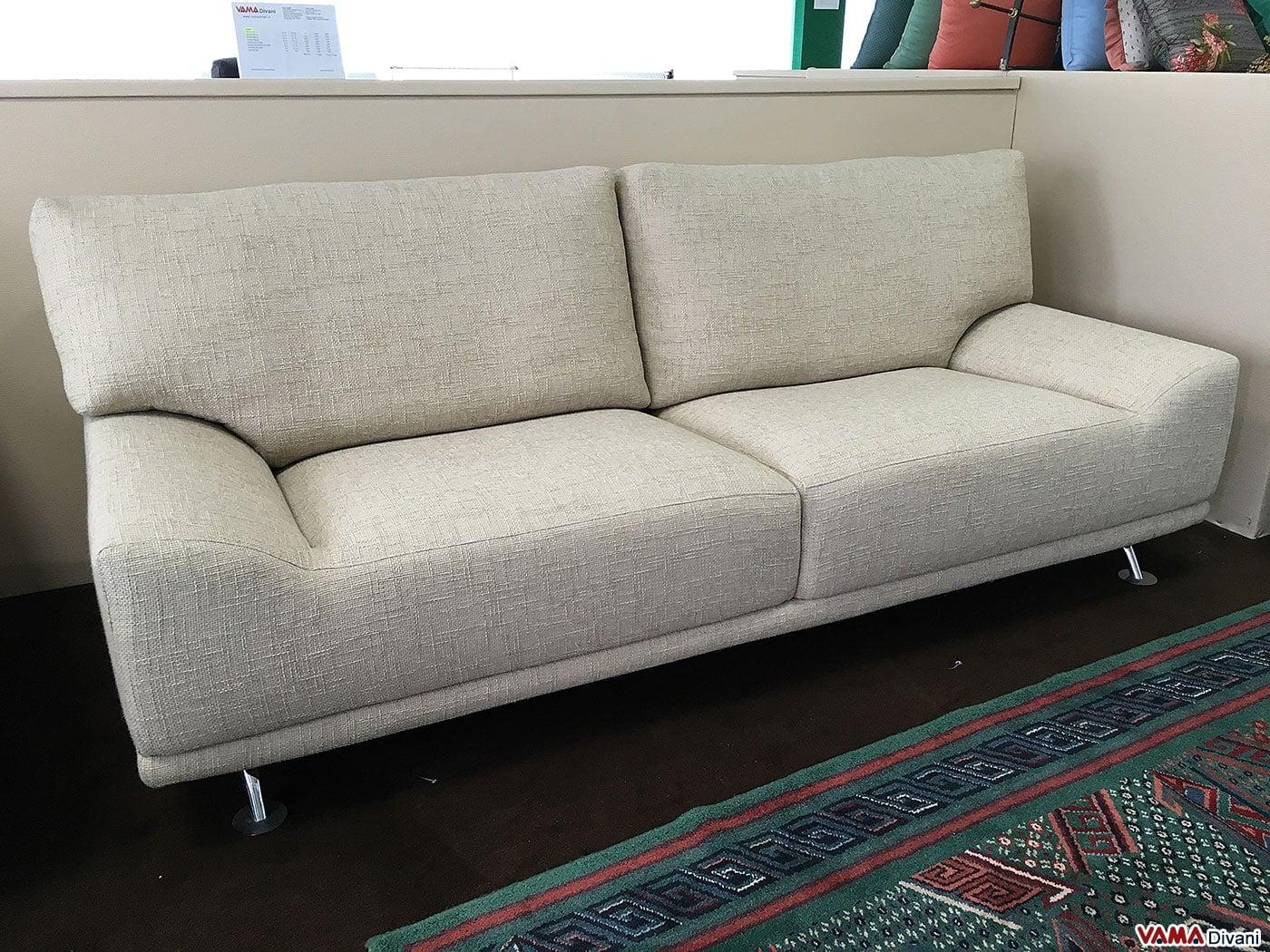 divano 3 posti in tessuto con braccioli bassi in offerta