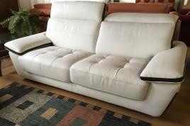 Divano in pelle bianco in offera con poggiatesta reclinabili