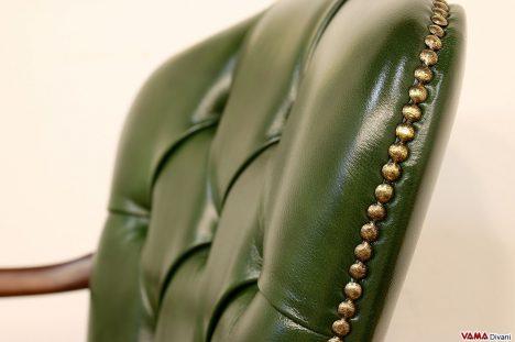 Sedia da ufficio girevole in pelle verde con chiodini invecchi