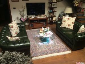 Sala con divani chesterfield verdi inglese