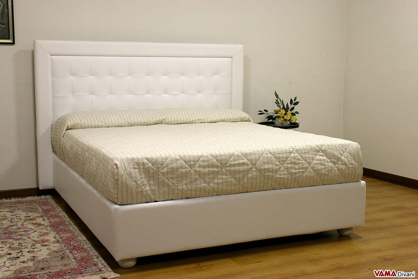 Letto moderno bianco in pelle con testiera a quadri - Cuscini spalliera letto ...