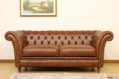 Divano chesterfield vintage marrone con borchie