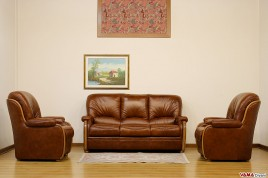 Divano scorniciato con legno a vista e schienale alto for Poltrone e sofa biella