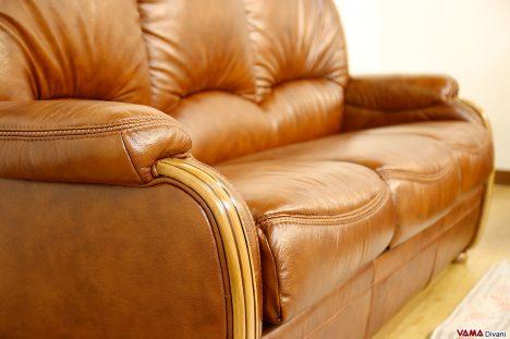 Divano in pelle marrone con schienale alto