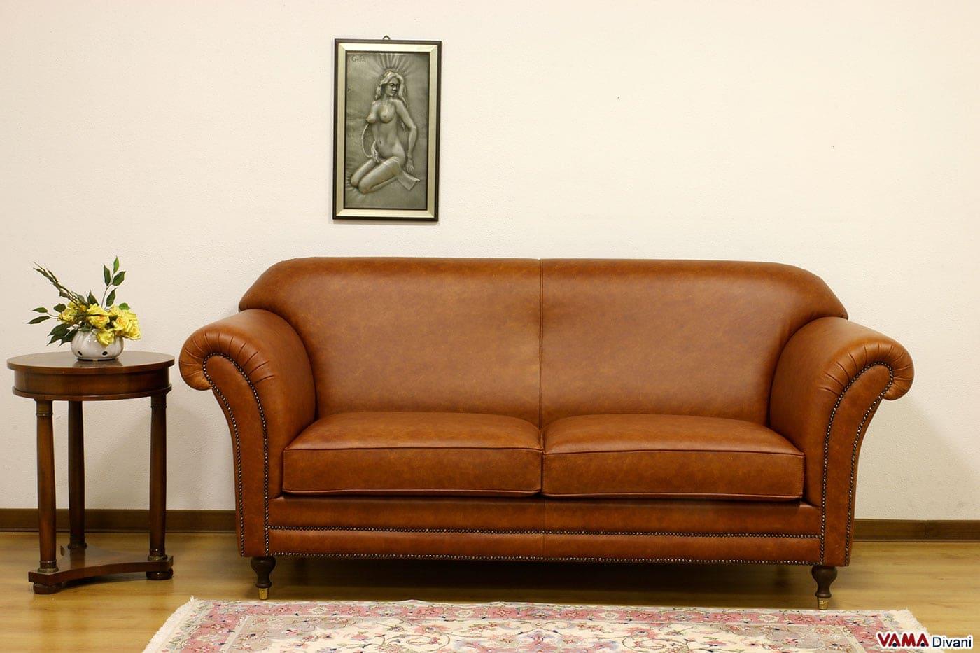 Divano classico stile inglese in pelle marrone chiaro vintage - Divano in inglese ...