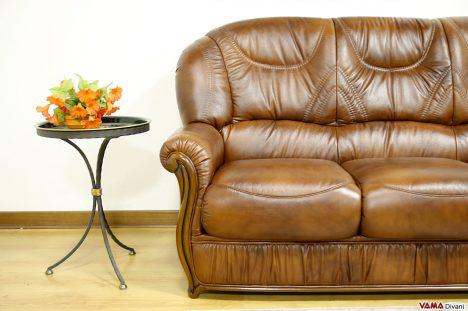divano con legno lucido a vista marrone in pelle