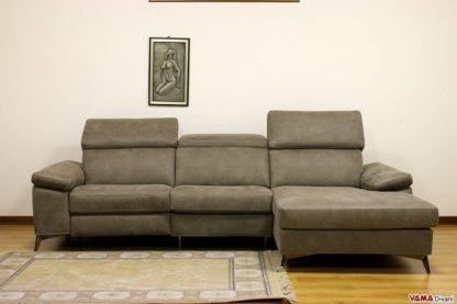 divano moderno lineare con gambe alte in acciaio e chaise longue