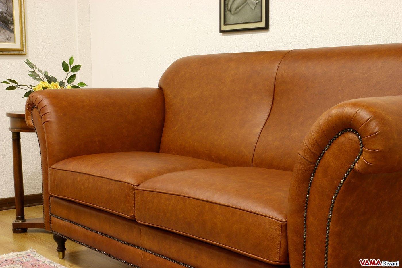 Divano classico stile inglese in pelle marrone chiaro vintage for Divano in inglese