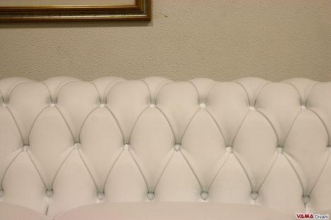 lavorazione capitonnè divano chester bianco