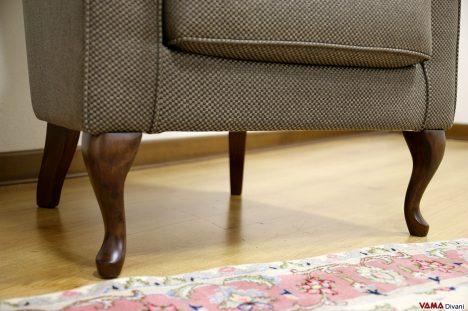poltrona classica imbottita piccole dimensioni con piedini in le
