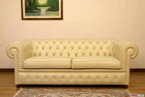 Divano Chesterfield beige in pelle con due cuscini
