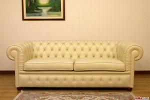 Divano Chesterfield beige in pelle con due cuscini