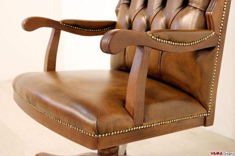 Poltrona ufficio marrone in pelle con braccioli in legno