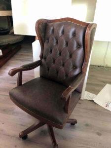 Poltrona da ufficio classica in legno e pelle a casa del cliente