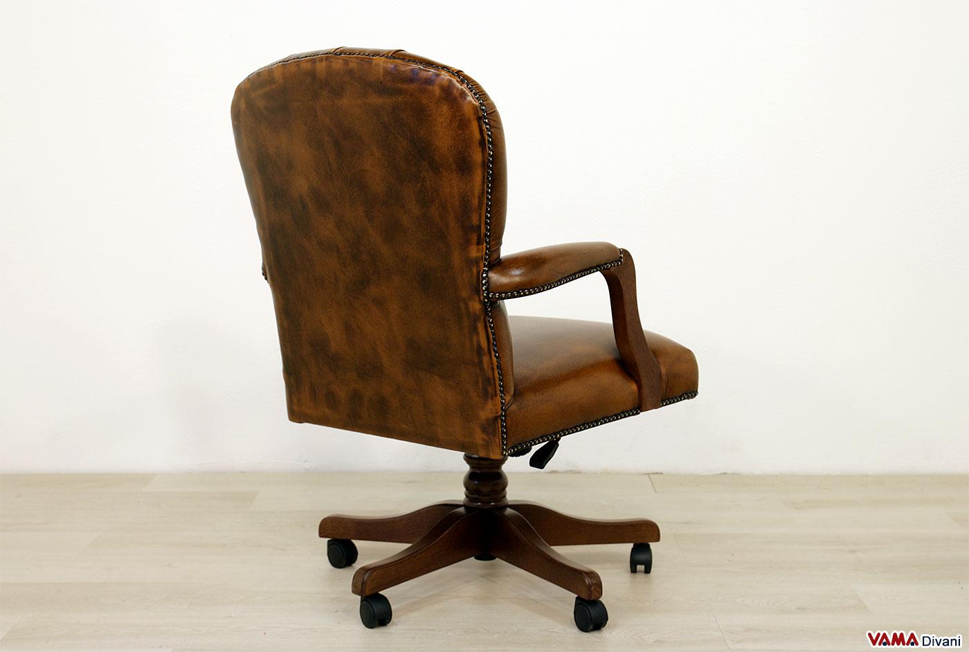 Poltrona da ufficio piccola in pelle e legno con girevole for Poltrona ufficio