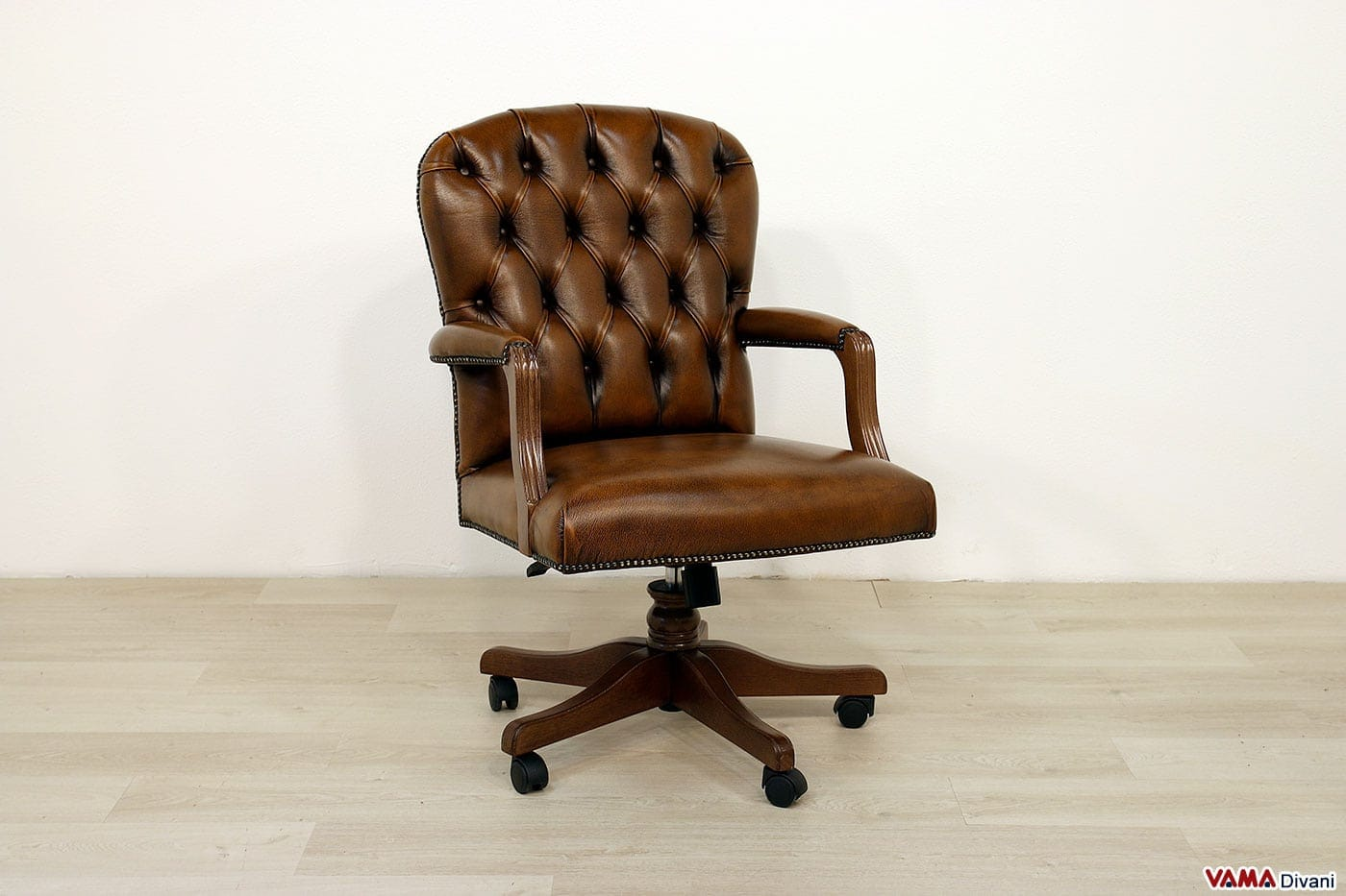 Poltrone da ufficio e sedie in pelle classiche con girevole for Sedute da ufficio