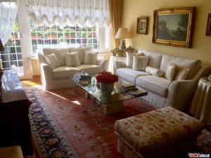 Divani in tessuto bianco ambientati in casa