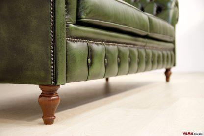 Piedino in legno del divano chesterfield alto da terra
